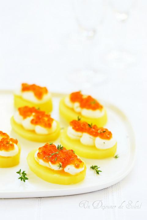 Canapés pommes de terre fromage frais et oeufs de saumon
