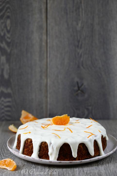 Gâteau moelleux aux clémentines avec un glaçage léger au yaourt