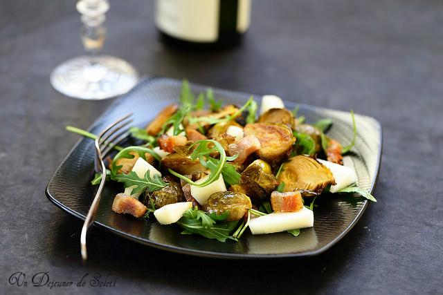 Salade de choux de Bruxelles rôtis, pancetta ou bacon, poire et roquette