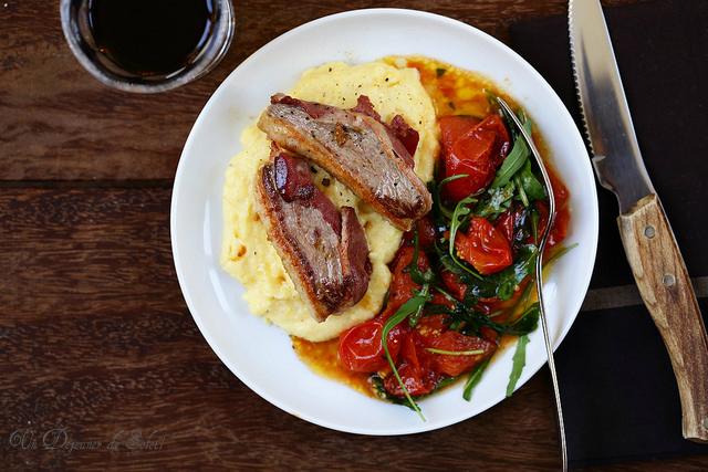 Filets ou magrest de canard enrobé de filet fumé, polenta et salade de tomates. Recette et vidéo
