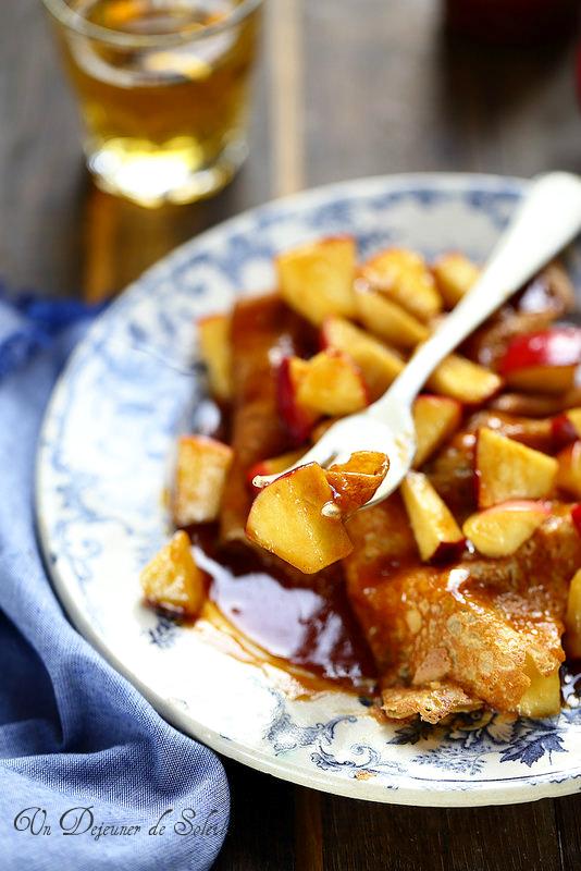 Crêpes aux pommes, sauce caramel, beurre salé et cidre