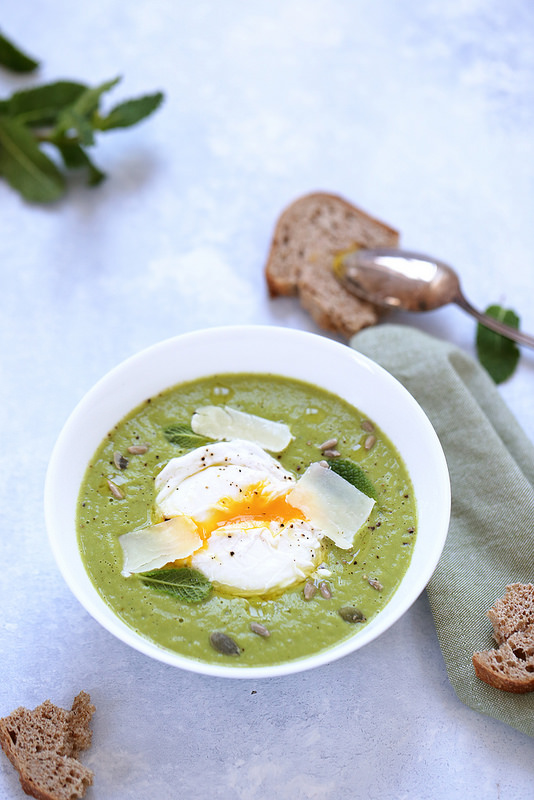 Soupe veloutée de petits pois avec un oeuf poché. Facile et légère.