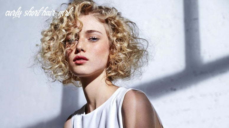 8 easy hairstyles for short curly hair the trend spotter curly short hair girl
