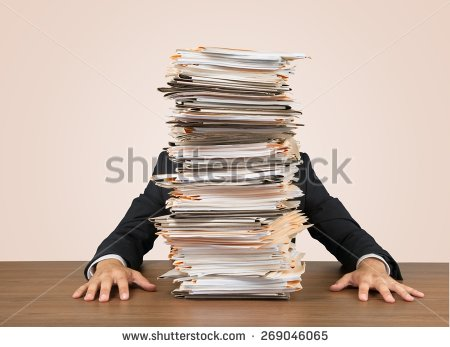 Notre trésorier devant les factures ©Shutterstock