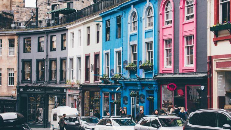 Victoria Street in Edinburgh, Scotland © | Jonathan Ricci/Unsplash