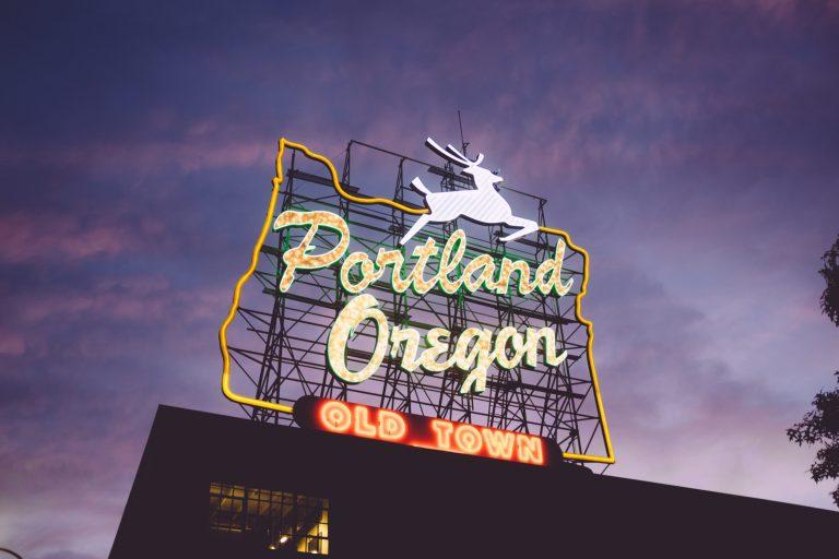 Portland, Oregon Sign in Old Town | © Zack Spear/Unsplash