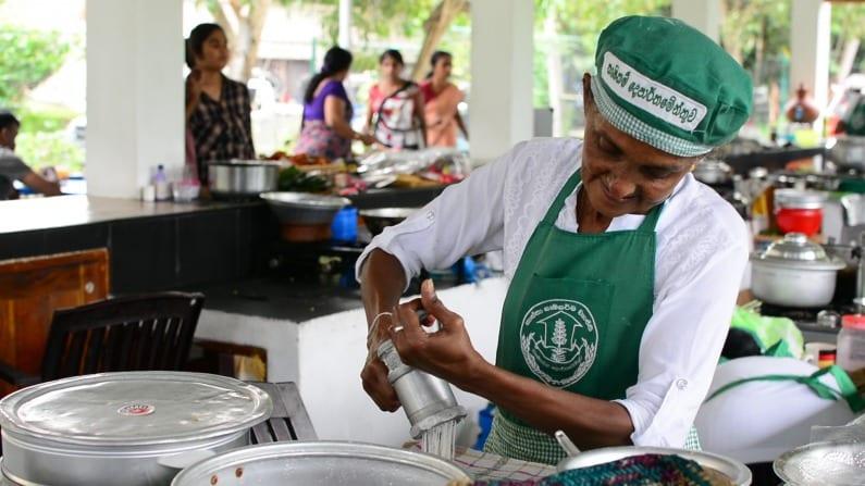 Women at work at the Hela Bojun stall in Battaramulla | © Thiva Arunagirinathan/Courtesy Roar Media