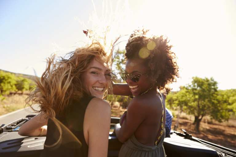 Two female travelers laughing | © Shutterstock.com