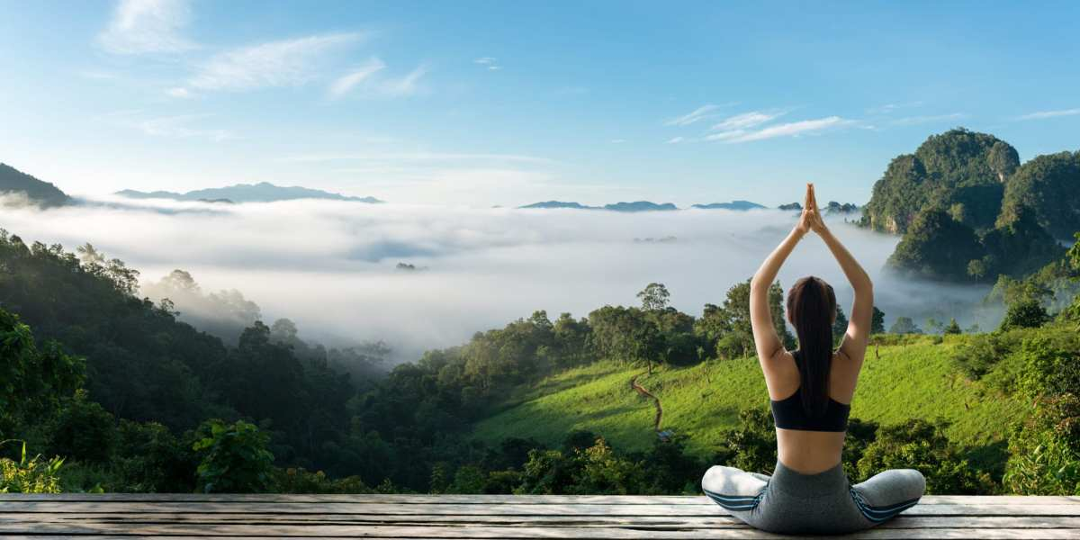Woman practicing yoga in nature | © Pakorn Khantiyaporn/Shutterstock