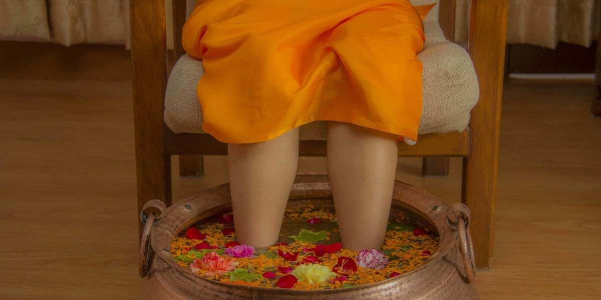 A client receives a flower-filled foot bath treatment. | © Moksha Ayurveda & Panchakarma Center