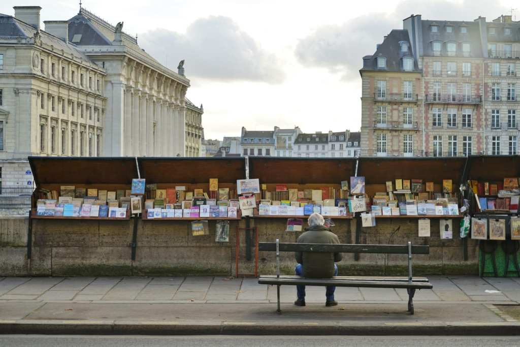 A Bouquiniste booth by the Seine river in Paris | © EQRoy/Shutterstock