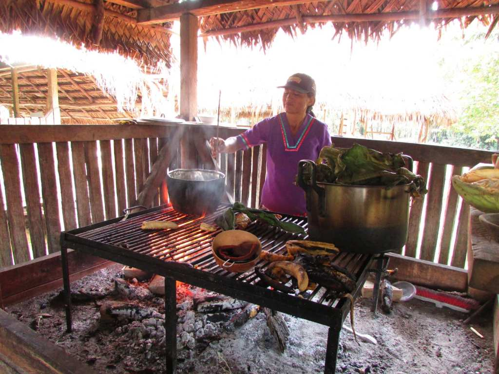 A local woman boils coffee in Ecuador  | © Courtesy of Traverse Journey's Facebook Page