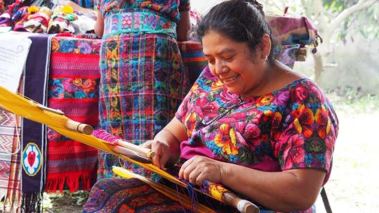 Dona Gladys demonstrates weaving at Manos de Fe   © Nikki Vargas/Unearth Women