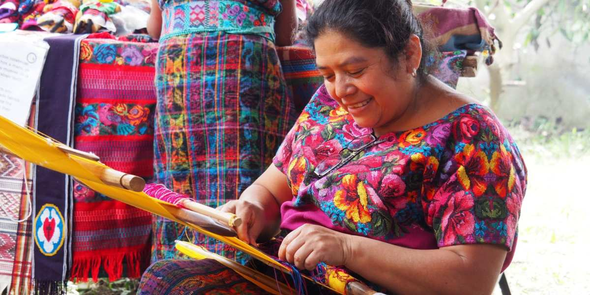 Dona Gladys demonstrates weaving at Manos de Fe | © Nikki Vargas/Unearth Women