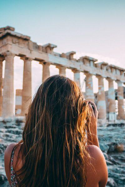 A solo female traveler explores the ancient ruins of Athens | © Arthur Yeti/Unsplash
