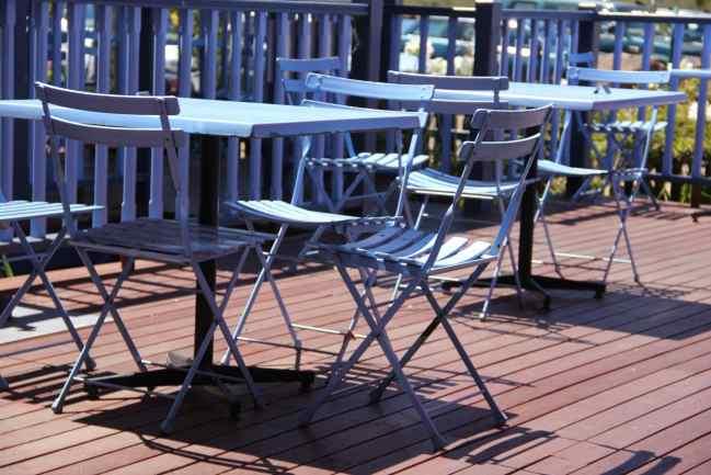 Table de jardin sur terrasse en bois