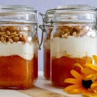 Verrine crémeuse à la pêche, au miel et granola