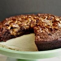 Brownie au chocolat noir avec garniture genre tarte aux pacanes