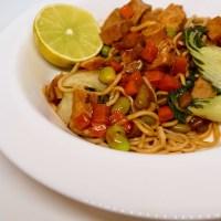 Sauté asiatique avec des restes de porc cuit et nouilles chow mein