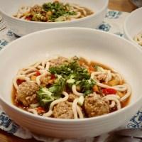 Soupe asiatique aux boulettes et aux nouilles udon
