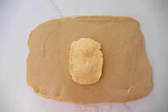 Sortir le mélange beurre farine du frigo et le déposer au centre de la pâte.