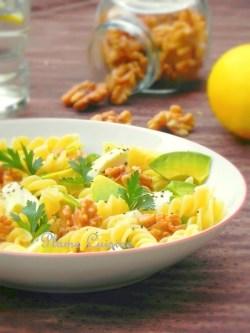 Salade-pâtes-mozzarella-avocat-noix
