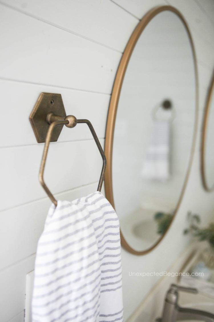 Interesting and inexpensive bathroom decor ideas!