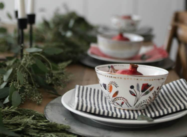 Do you want to make your family and guest feel special this year, but don't have a lot of time? Get some Christmas dining room decor ideas for quick and easy ways to create a personalized tablescape. #ChristmasTable #Chrismtasdecor