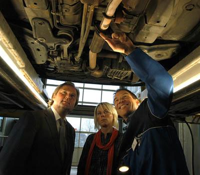 DÜSSELDORF 18.12.2009.- NRW Verkehrsminister Lutz Lienenkämper, Fahrzeughalterin Nina Mautler (26) und Prüf-Ing. Jörg Fabian (33) überprüfen den Gebrauchtwagen