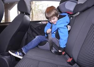 Kinder sind im Auto grundsätzlich mit geeigneten Sicherunssystemen zu sichern. Foto: Huk-Coburg.