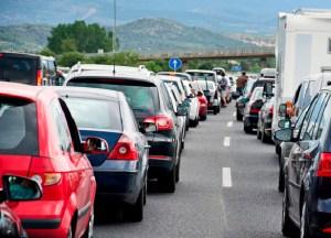Auch beim Stau auf der Autobahn ist der Standstreifen tabu. Foto: TÜV Süd.