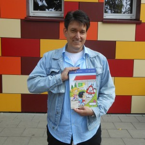 Cartoonist und Illustrator Dirk Pietrzak ist stolz auf sein Werk. Foto: Petra Grünendahl.
