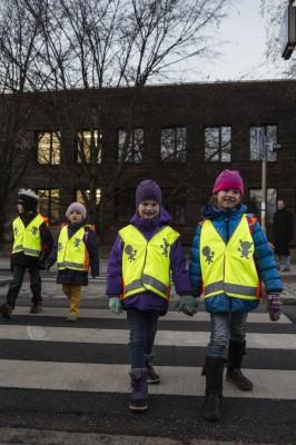 Da können sich auch Erwachsene ein Beispiel dran nehmen: Kinder werden auch im Dunkeln sichtbar. Foto: ADAC.