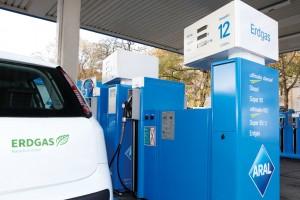 Erdgasfahrzeug an der Zapfsäule. Foto: Erdgas Mobil GmbH.