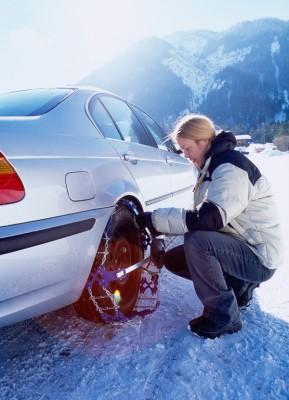Zur Winterausrüstung eines Fahrzeugs gehören Winterreifen, Handfeger, Eiskratzer, Klappspaten und in schneereichen Gebieten Schneeketten, rät der Deutsche Verkehrssicherheitsrat (DVR). Das Anlegen der Schneeketten sollten Autofahrerinnen und Autofahrer geübt haben. Foto: DVR.