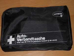 """Abgelaufen und nur noch für den """"Hausgebrauch"""" gut: ein alter Verbandskasten. Foto: Petra Grünendahl."""