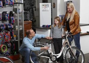 Fachhändler statt Baumarkt: Die Sicherheit sollte beim Fahrradkauf für die Kinder im Vordergrund stehen. Foto: pd-f Pressedienst Fahrrad.