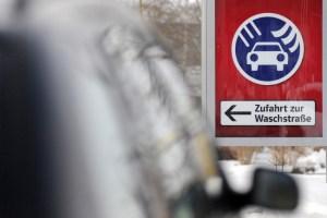 Lackpflege in der kalten Jahreszeit: Besonders Vielfahrer sollten ihr Auto häufiger waschen.  Infografik: TÜV Süd.