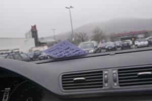 Nach einem Unfall: Der Zettel unterm Wischer  reicht nicht. Das ist Unfallflucht. Foto: HUK-Coburg.