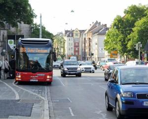 An Bussen an Haltestellen muss man mit erhöhter Vorsicht vorbeifahren. So schreibt es die Straßenverkehrsordnung vor. Foto: ARCD.