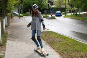 Skater fahren auf dem Bürgersteig. Foto:  D.A.S. Rechtsschutzversicherung.