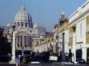 """In italienischen INnenstädten müssen Autos für bessere Luft oft """"draußen"""" bleiben: Den Petersdom in Rom erkundet man besser zu Fuß. Foto: Petra Grünendahl."""
