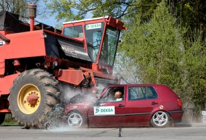 Unterfährt ein Pkw ein landwirtschaftliches Fahrzeug, dringen steife Bauteile in den Fahrgastraum ein. Selbst Sicherheitsgurt und Airbag können hier oft nicht schützen. Foto: Dekra.