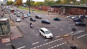 Rückstau: Kreuzung muss immer frei bleiben. Foto: TÜV Rheinland.