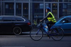 Fußgänger und Radfahrer: In der Dunkelheit helle Kleidung Pflicht - Reflektoren sorgen für Sicherheit. Foto: TÜV Rheinland.