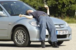 Harter Aufprall trotz Verbesserungen: Fußgänger prallen bei Unfällen mit Autos immer noch gegen harte Strukturen wie die Haubenvorderkante oder das Motorhaubenschloss. Foto: ADAC.