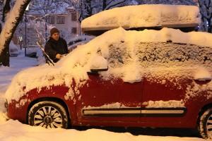 Damit Scheibenwischer nicht anfrieren, klappt man sie vor kalten Winternächten am besten hoch. Und: Scheiben, Dach und Motorhaube müssen vor der Fahrt von Schnee und Eis befreit werden. Foto: ARCD.
