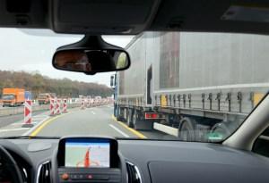 Gegenseitiges Verständnis erhöht die Verkehrssicherheit: Pkw- und Lkw-Fahrer nehmen viele Situationen im Straßenverkehr unterschiedlich wahr. Foto: DVR/Gerhard Zerbes.
