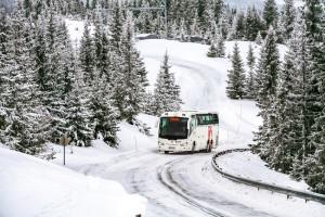 Sicher durch den Winter: Wenn Busse an allen Achsen mit Winterreifen ausgestattet sind, bleiben sie bei Schnee und Eis besser in der Spur. Foto: Continental Reifen GmbH.