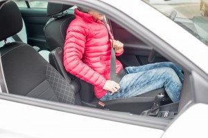 Vielen Verkehrsteilnehmern ist nicht bewusst, dass dicke Winterkleidung bei Autounfällen ein Risiko darstellt. Foto: AXA Konzern AG  /AXA Winterthur.